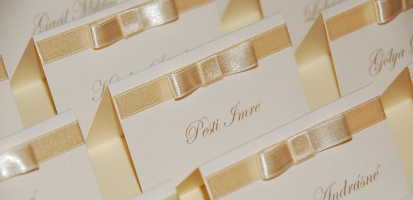 ekrü szalagos esküvői ültetőkártya